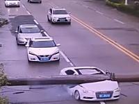 中国でとんでもない事故(動画)道路に巨大な鉄柱が倒れ走行中の車を直撃。