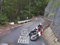 ストリートビュー撮影車に驚いて転倒する走り屋の姿が奈良県で撮影される。