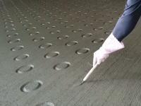 【知る】コンクリートスロープの丸い模様はこうして作られている。