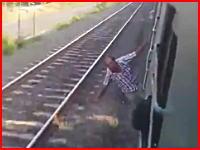 電車から身を乗り出していた男性がフェンスと激突してグチャグニャる(@_@;)