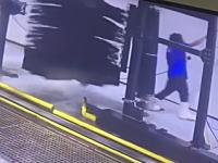 洗車機のブラシに巻き込まれて16回転した作業スタッフの映像(((゚Д゚)))