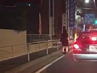 神奈川のお姉さんが一人だけ未来www二宮町の国道で撮影されたお姉さんがかっけえwww