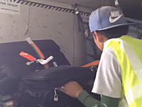 搭乗客の荷物から貴重品を盗む空港職員の映像が撮影される。プーケット国際空港