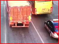 これはすり抜け失敗?信号待ち中のトラックにモロに突っ込んだバイクの映像。