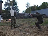 ロシアさんの実弾を使ったデモンストレーションが実戦的すぎる動画。カラシニコフ。
