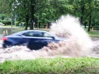 車で冠水した道路に挑むときはあらかじめ窓を閉めておいた方が良い理由。