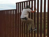 おい国境www陸続きのアメリカ=メキシコ国境はこんな簡単に越えられる。