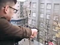 バーカグラム。マンションの窓から通りに向かって拳銃を発砲する様子をSNSに投稿した少年。