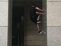 垂直の柱を壁キックで登ってしまう男のビデオ。パルクールマスター。