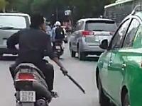走行中の車のサイドミラーを破壊しまくるキチ●イおっさんが撮影される。武器はマチェテ。