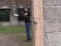 弓矢の神動画。放った矢をカーブさせて的に当てる技術。