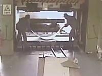 こんなの殺人だろ。油圧プレスで潰されてしまった作業員のビデオ。