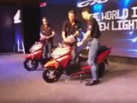 ホンダwwwww新型125ccバイクの発表会で事故る(´・_・`)素人かよwwww