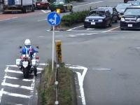 やっぱ捕まるんだね。信号待ちをすり抜けたバイクが白バイに捕まる。