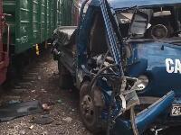 そこに駐車しちゃダメだろ。線路脇に駐車したトラックがボッコボコに破壊される。