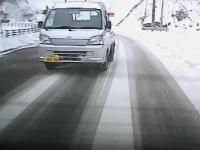 【札幌】雪の山道で無理な追い越しを仕掛けた軽トラがwwwww