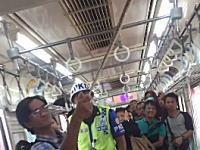 電車内に現れたヘビを退治した乗客のビデオ。慣れすぎやろwwwww
