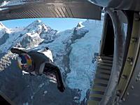 なにこれ凄い。山から飛び降りたジャンパーが飛行機に飛び込むという挑戦。