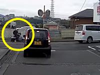 事故の衝撃で脱げるヘルメット。和泉市で撮影された原付と車の右直事故ドラレコ。
