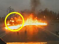 不運な事故で焼き殺されてしまったステーションワゴンのドライバー。ロシア。
