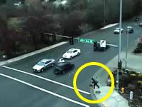 なんのチャレンジだよ?車が行き交う交差点をダッシュで通り抜けようとした少年が。
