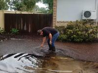 プール状態。落ち葉で詰まった排水溝のお掃除が気持ちいいビデオ。