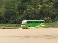 子供を満載して洪水に挑むスクールバスの映像。ちょっと無茶じゃない?