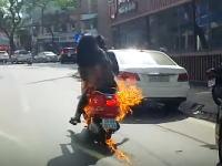 なにが起きた?走行中のスクーターがボンッ!と突然火を噴いてしまう映像。
