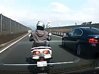 バイクで進路妨害。厚木市の国道246号線で撮影されたビクスクが自殺行為だろ車載。