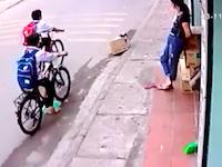 ギリギリ動画。車道に倒れたチャリ小学生が頭部を大型トレーラーに踏まれかける(((゚Д゚)))