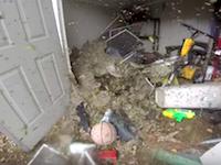 音がヤバい。納屋に作られた超巨大なスズメバチの巣を駆除するビデオ(((゚Д゚)))