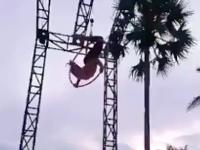 アクロバット演技中に真っ逆さまに落ちてしまった女性の衝撃ビデオ。頭頂部からガチーン。首ガクーン。