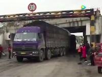 【中国】トラックが石炭を落としてしまうポイントで待ち構えて我先にと群がる住人たち。