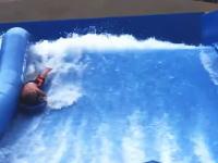 インストラクター慣れてるwwwボディボードで水着が脱げて全裸になってしまうハプニングww