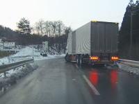 【岩手】ブラックアイスバーンの坂道を滑り落ちてくる大型トラックから逃げる車載。