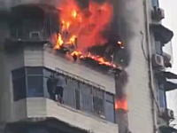 高層マンション火災の衝撃映像。壁伝いに階下に逃れた住人が助け出される瞬間。