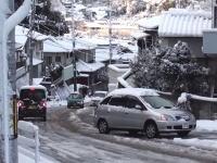 雪の坂道を登れずみんなに迷惑をかけるトヨタ・ナディアの映像。こんな日は乗るべきじゃない。