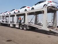 長い積車から新車のヒュンダイを驚きのスピードで降ろす運転手のワザ。