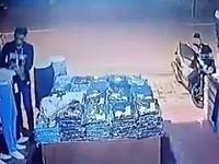 集団万引き団に狙われた店舗の防犯カメラの映像。これはかわいそう(´・_・`)