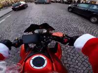 フランスのサンタさんがひき逃げを追跡する車載ビデオがカッコイイ。