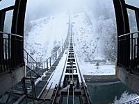 スイスに誕生した勾配が世界一急なケーブルカーのビデオ。最大勾配110%