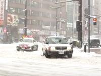 北海道警察は多少の雪じゃ助けないwww左折で動けなくなったタクシーを見捨てるパトカー。