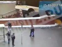 モスクワでバスが地下鉄へ続く階段に突っ込み4人が亡くなる。その事故の瞬間の映像。