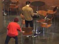 海外のゲリラ椅子引き団のイタズラがひどすぎるだろwww2連のはまじひどい。