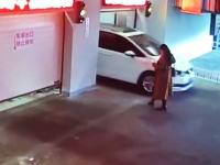 歩きスマホで機械式駐車場に迷い込んだ女性。そのまま地下に連れ去られてしまうwww