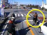 格好よくウィリーしようとしたバイクの兄ちゃんが(´・_・`)これは恥ずかしい動画。