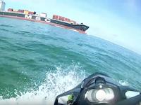 ジェットスキーの危ない事故。貨物船の引き波で大ジャンプした兄ちゃんが・・・。