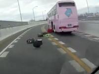 乗客のスーツケースを撒き散らしながら走るツアーバス。名古屋高速で撮影されたびっくりドラレコ。