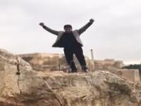 おふざけ動画を撮ろうとして崖から落下して亡くなってしまった男性の映像。