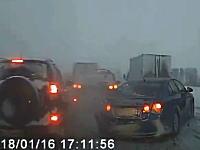 視界が悪いのにスピードを落とさなかったのが原因で渋滞に突っ込んでしまうトラック。